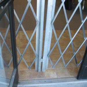 Heavy-Duty-Pair-Gate---expanded-doorway-closeup---cropped